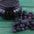 549710-frasco-de-mermelada-de-arandanos-y-algunas-bayas-frescas